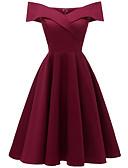 Χαμηλού Κόστους Φορέματα κοκτέιλ-Γραμμή Α Ώμοι Έξω Κάτω από το γόνατο Βαμβάκι / Ελαστικό Σατέν Σέξι / Εμπνευσμένο από Βίντατζ Κοκτέιλ Πάρτι Φόρεμα 2020 με Πλισέ