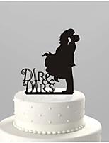 Bolo de acrílico insere as decorações de noivado e do noivo