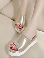 Недорогие -Для женщин Обувь Полиуретан Лето Удобная обувь Тапочки и Шлепанцы Назначение Повседневные Серебряный Светло-коричневый