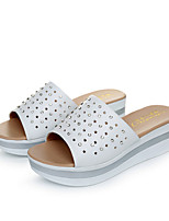 Недорогие -Для женщин Обувь Полиуретан Лето Удобная обувь Тапочки и Шлепанцы Туфли на танкетке Круглый носок для Повседневные Белый Черный