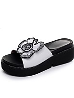 Недорогие -Для женщин Обувь Микроволокно Лето Мокасины Тапочки и Шлепанцы Туфли на танкетке Открытый мыс Аппликация для Повседневные Белый Черный