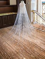 preiswerte -Einschichtig Schnittkante Neuankömmling Hochzeitsschleier Kapellen Schleier Kathedralen Schleier Mit Herz Verstreute Perlen mit Blumen