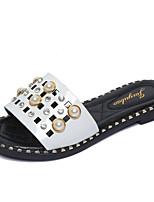 preiswerte -Damen Schuhe PU Frühling Sommer Komfort Slippers & Flip-Flops Flacher Absatz Runde Zehe Imitationsperle für Weiß Schwarz