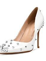 abordables -Mujer Zapatos Cuero Patentado Primavera verano Pump Básico Tacones Tacón Stiletto Dedo Puntiagudo Remache Blanco / Negro / Fiesta y Noche