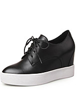 abordables -Mujer Zapatos Cuero de Napa Primavera / Otoño Confort Zapatillas de deporte Tacón Cuña Dedo redondo Blanco / Negro / Rojo
