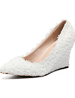 preiswerte -Damen Schuhe PU Herbst Winter Pumps Hochzeit Schuhe Keilabsatz Spitze Zehe Perle / Satin Blume Weiß / Party & Festivität