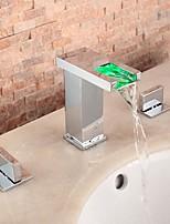 Недорогие -Ванная раковина кран - Водопад / LED Хром Разбросанная Две ручки три отверстия