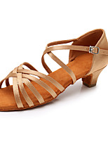 preiswerte -Damen Schuhe für den lateinamerikanischen Tanz Satin Sandalen / Absätze Schnalle Starke Ferse Maßfertigung Tanzschuhe Beige