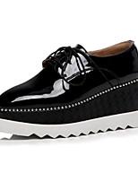 Недорогие -Жен. Комфортная обувь Свиная кожа Лето На плокой подошве Туфли на танкетке Белый / Черный