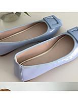 Недорогие -Жен. Комфортная обувь Лакированная кожа Лето На плокой подошве На плоской подошве Белый / Черный / Синий