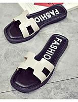 Недорогие -Жен. Комфортная обувь ПВХ Лето Тапочки и Шлепанцы На плоской подошве Белый / Черный