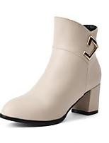 Недорогие -Жен. Fashion Boots Полиуретан Зима Ботинки На толстом каблуке Закрытый мыс Ботинки Белый / Черный / Бежевый