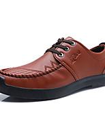 baratos -Homens Sapatos Confortáveis Couro Outono Casual Oxfords Use prova Preto / Marron