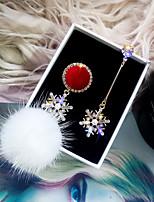Недорогие -1 пара Жен. несовместимый Непарные серьги - Стразы Позолота Австрийские кристаллы Снежинка Дамы корейский Бижутерия Светло-красный Назначение Рождество