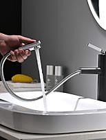 Недорогие -Ванная раковина кран - Вытяжная лейка / Вращающийся / Новый дизайн Окрашенные отделки / черный Настольная установка Одной ручкой одно отверстиеBath Taps