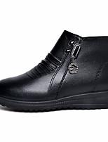 Недорогие -Жен. Полиуретан Зима На каждый день Ботинки Туфли на танкетке Круглый носок Ботинки Черный / Коричневый