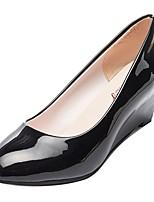 Недорогие -Жен. Полиуретан Весна Обувь на каблуках Туфли на танкетке Круглый носок Белый / Черный