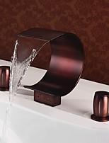 Недорогие -Ванная раковина кран - Водопад Начищенная бронза Разбросанная Две ручки три отверстияBath Taps