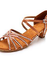 Недорогие -Жен. Обувь для латины Сатин Сандалии / На каблуках Стразы / Пряжки Кубинский каблук Персонализируемая Танцевальная обувь Темно-коричневый