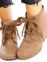 Недорогие -Жен. Ботинки Туфли на танкетке Круглый носок Полиуретан Ботинки Зима Черный / Коричневый