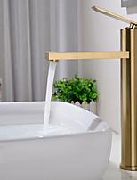 Недорогие -Ванная раковина кран - Широко распространенный Матовое золото По центру Одной ручкой одно отверстиеBath Taps
