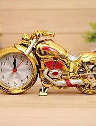 Недорогие -Ретро форма мотоцикл будильник кварцевые настольные часы пластиковые (случайный цвет)