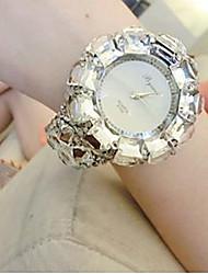 Недорогие -Жен. Модные часы Diamond Watch Кварцевый Черный / Белый 30 m Аналоговый Белый Черный