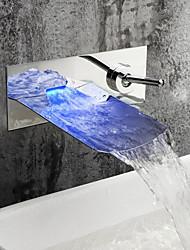 Недорогие -современный настенный водопад светодиодный керамический клапан два отверстия одной ручкой два отверстия хром, смеситель для раковины ванной комнаты
