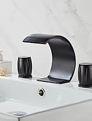 Недорогие -Смеситель для раковины в ванной комнате - водопад, натертый маслом, бронза, широко распространенные две ручки, три отверстия для ванны
