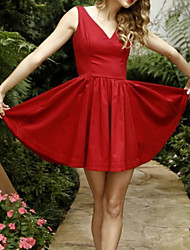 cheap -A-Line Celebrity Style Vintage Homecoming Cocktail Party Dress V Neck Sleeveless Short / Mini Satin with Pleats 2021