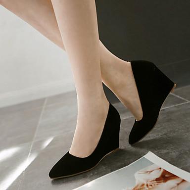 Zapatos beige y vestido negro