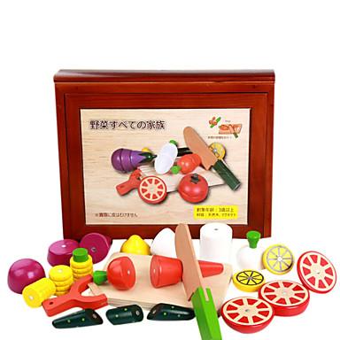 en stor trälåda av frukt och grönsaker allvarligt, trä barns lek hus, magnetleksaker