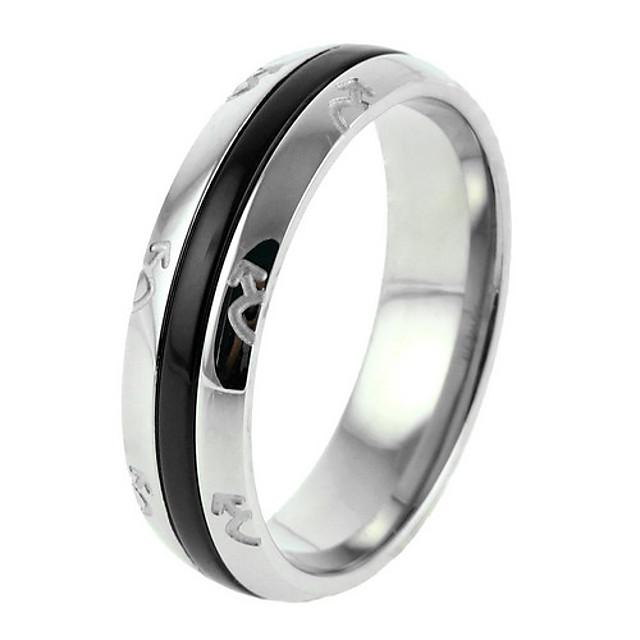 des hommes d'argent avec un anneau en acier noir de titane