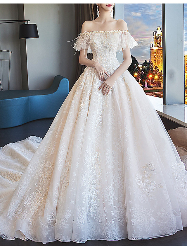 Ball Gown Wedding Dresses Off Shoulder Chapel Train Polyester Short Sleeve with Feathers / Fur Appliques 2020